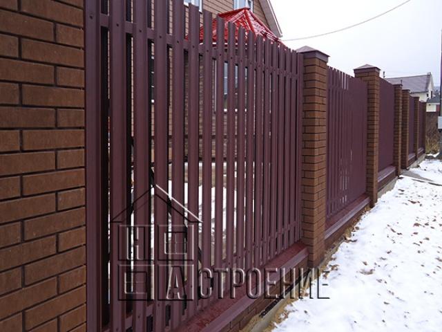 Кирпичный забор из евро-штакетника