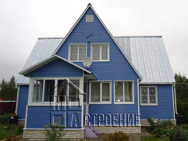 Отделка дома синим сайдингом